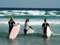 introduciendose en el agua para surfear.jpg
