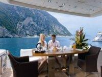 pareja disfrutando de una comida en un barco
