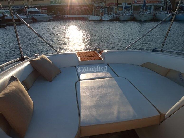 Nuestra embarcación para paseos en barco con patrón