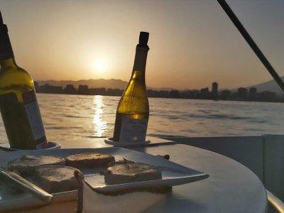 Paseo barco al atardecer y aperitivo Fuengirola 2h
