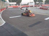 persona disfrutando de una conduccion en un karting
