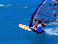 跳跃和旋转浏览快速清澈的海水
