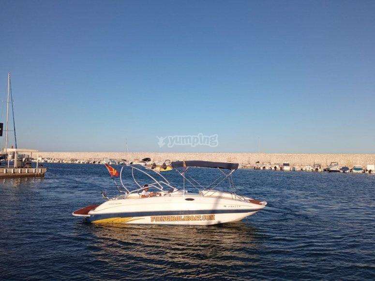 Barco en la costa de Fuengirola