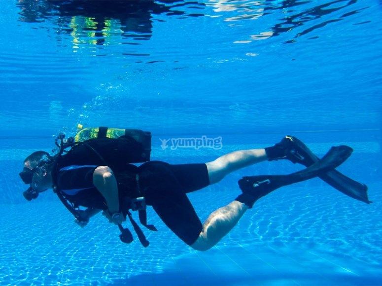 发现游泳池潜水