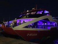 Barca con marinaio a bordo