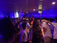 Festa all'interno della barca