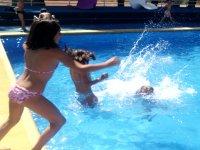 Salpicando en la piscina