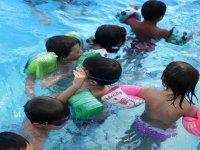 Nadando con manguitos