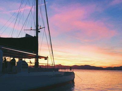Paseo en catamarán al atardecer en Bahía de Palma