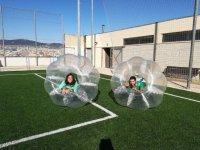 Dos jugadores en burbujas de plastico