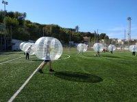 Partido de futbol burbuja sobre cesped