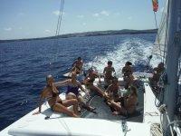在梅诺卡岛帆船在梅诺卡岛双体船小海湾漫步