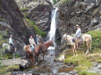在巴塞罗那附近的马背上的瀑布