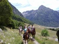 在巴塞罗那的山中骑马