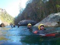 Canyoners che nuotano nel fiume