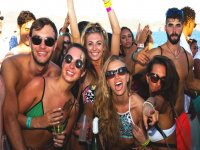 Amici di festa a Ibiza