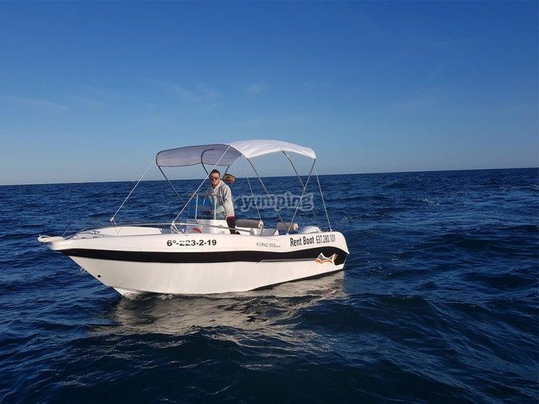 在圣波拉(Santa Pola)周围乘船
