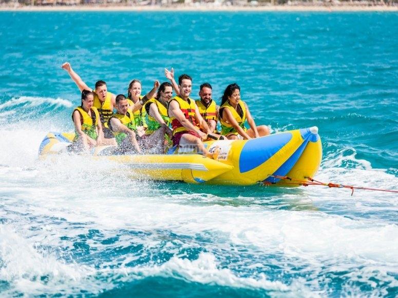Godersi un giro su una banana boat