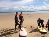 Alumnos de surf a pie de playa