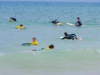 Alumnos probando las tablas en el agua
