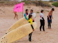 Atendiendo al monitor de surf