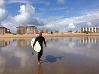 Caminando con la tabla por la arena