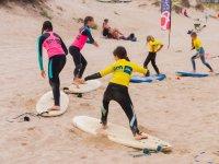 Surfista ensayando la postura en la arena