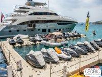 Embarcacion y motos en puerto
