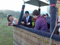 Recien casados volando en globo