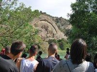 Groupe contemplant la montagne