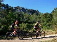 Mountain bike attraverso la foresta