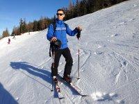 Coller les bâtons dans la neige