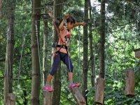 Parco avventura a piedi tra gli alberi.JPG