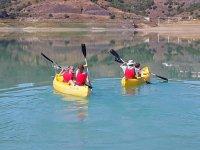 Dos kayak en el embalse