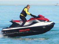 De pie pilotando la moto de agua