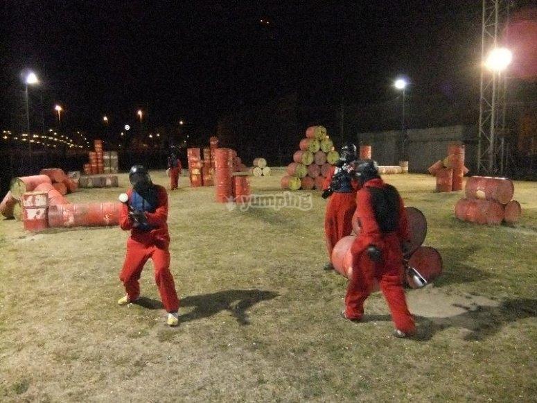 Duelo de paintball nocturno en grupo