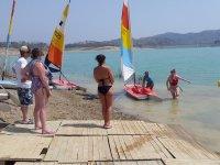 等着,而那个女孩出来的水-999的 - 踏板船与独木舟背后