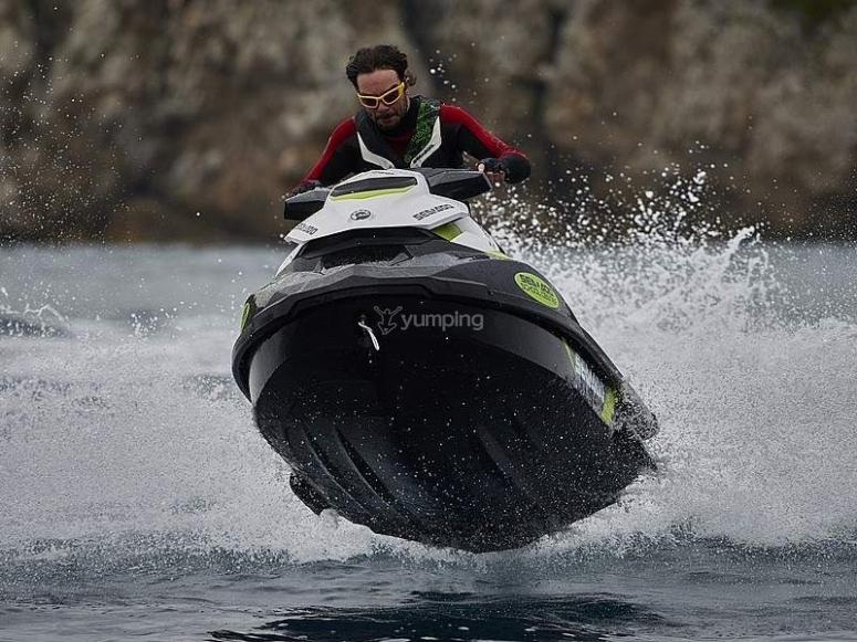 Rebotando durante el paseo en moto de agua