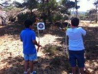 ninos jugando al tiro con arco
