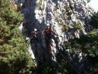 在加泰罗尼亚滑雪和我们一起使岩石之间的视图池的铁索攀岩