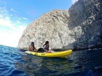 Admirando los acantilados desde el kayak