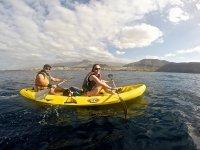 En pareja en kayak en Canarias
