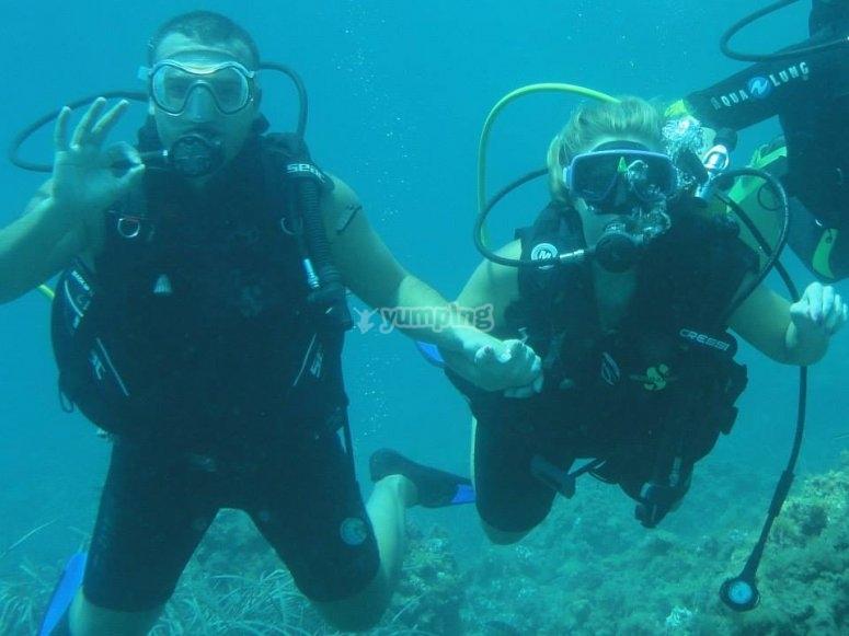 情侣潜水过程