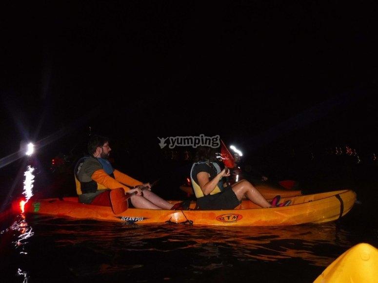 沿河夜间皮划艇
