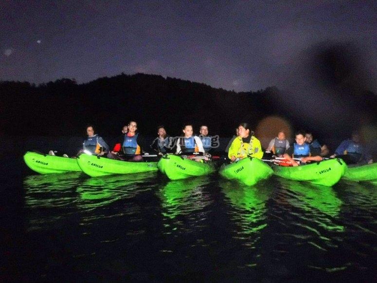 加利西亚河上夜间皮划艇