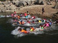 Carrera por filas de nadadores