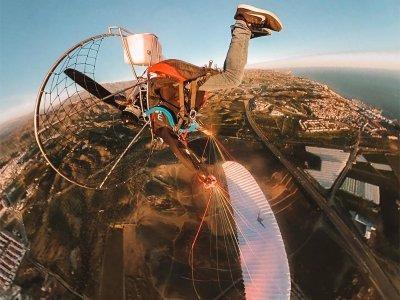 领航员和特技表演的滑翔伞在LaAxarquía