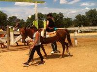 Montando de lado en el caballo en Toledo