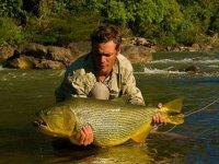 hombre cogiendo un gran pez