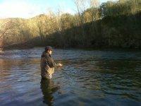 hombre metido en el lago